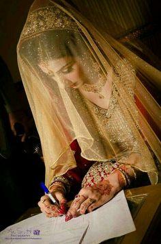 waiting for this moment.S❤katto Pakistani Wedding Outfits, Pakistani Wedding Dresses, Bridal Outfits, Bridal Looks, Bridal Style, Moda India, Meneses, Pakistan Wedding, Muslim Brides