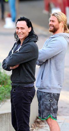 Tom Hiddleston and Chris Hemsworth on the set of 'Thor: Ragnarok' in Brisbane, Australia on August 23, 2016. Source: Torrilla, Weibo. Click here for full resolution: http://ww4.sinaimg.cn/large/6e14d388gw1f73yt97ct6j21wk2wgwx5.jpg