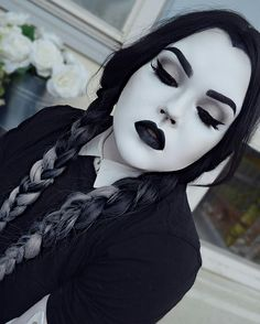 Looking for for inspiration for your Halloween make-up? Browse around this website for scary Halloween makeup looks. Cute Halloween Makeup, Last Halloween, Halloween Tags, Halloween Makeup Looks, Costume Halloween, Halloween Costumes Women Scary, Doll Make Up Halloween, Halloween Makeup Last Minute, Goth Costume