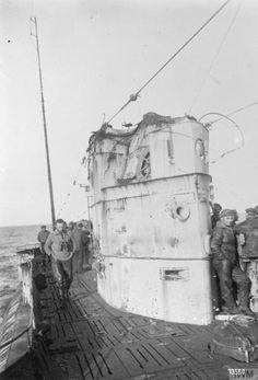 WW1. A German U-boat returns with a damaged conning tower. © IWM
