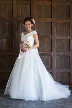 Abelia アベリア  人気のチュールスカートを、すっきりカシュクールの上身頃に合わせました。  ふんわり軽やかなチュールのスカートに憧れるけれど、甘すぎるのはちょっと・・・そんな花嫁さまにおすすめです。  腰の大きなおリボンも取外し可能。  ウェストの切り替えをまっすぐにしているので、イメージチェンジでカラーのサッシュベルトを合わせてお色直しもできます。  広がり過ぎず、甘くなり過ぎないチュールのドレスをお探しなら、ぜひご試着にいらしてみてください。