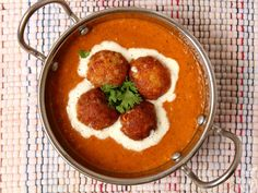 Malai Kofta Recipe (with shahi Malai Kofta Curry) - Paneer and nuts stuffed potato dumplings simmered in a velvety smooth brown and creamy blended gravy. Paneer Recipes, Veg Recipes, Curry Recipes, Indian Food Recipes, Vegetarian Recipes, Cooking Recipes, Ethnic Recipes, Indian Foods, Vegetarian Appetizers
