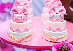 Festa LOL Surprise: mais de 50 ideias lindas para sua filha! : ᐅ Mil dicas de mãe Baby Birthday, Birthday Cake, Birthday Parties, Lol Dolls, Oreo Cookies, Cupcakes, Headbands, Birthdays, Sweets