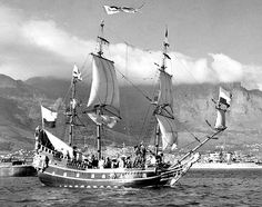 Replica of the Dutch East India Company ship 'Drommedaris', in Table Bay Old Sailing Ships, East India Company, Ancient Architecture, Historical Pictures, Tall Ships, African History, Cape Town, South Africa, Amsterdam