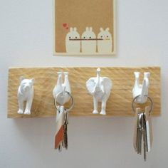 DIY facile et sympa, la customisation d'animaux en plastique en patère, peu… DIY easy and fun, customization of plastic animals in coat hook, can in addition be made with children! Come and discover our selection of animal hooks! Diy Home Crafts, Diy Home Decor, Arts And Crafts, Decor Crafts, Craft Projects, Projects To Try, Craft Ideas, Diy Y Manualidades, Art Diy