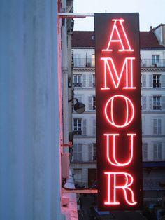 I love Paris / Amour / Neon Neon Licht, I Love Paris, Beautiful Paris, Red Aesthetic, Neon Lighting, Lighting Design, 3d Logo, Vintage Signs, Decir No