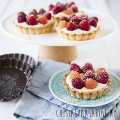 Té lekkere tartelettes (mini taartjes) met witte chocolade en frambozen   Delicious tartelettes (mini pie) with white chocolate and raspberries