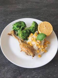 Orez cu porumb, carne de pui fiartă și broccoli Broccoli, Curry, Eggs, Breakfast, Recipes, Food, Morning Coffee, Curries, Recipies