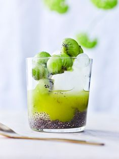 The KISSA Matcha-Chia-Kiwi-Drink invites you to tropical dreams and refreshes you from the inside. Superfood Matcha meets refreshing kiwi and Chia seeds. Summer Drink Recipes, Summer Drinks, Kiwi, Melon Ballers, Chia Drink, Matcha Smoothie, Spinach Leaves, Grape Juice, Snack Bar