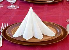 Fotogalerie: Luxusně prostřený stůl během několika minut. V hlavní roli ubrousky, rostlinky a svíčky