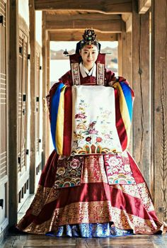 Traditional Korean Clothing - Hanbok : Bride hanbok at traditional Korean wedding Korean Traditional Dress, Traditional Wedding Dresses, Traditional Fashion, Traditional Outfits, Korean Fashion Work, Korea Fashion, Hanbok Wedding, Korean Bride, Korea Dress