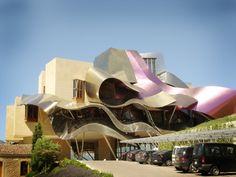 프랭크 게리의 '마르케스 데 리스칼' 호텔과 와이너리 ( 스페인 엘시에고 ). 꼭 머물고 싶은 호텔♡ 슬로우푸드와 라이프를 즐길 수 있는 최상의 호텔이란다^^플라멩고의 스커트에서 따온 곡선의 메탈 지붕이 너무 아름다워 잡지에서 보곤 잊을 수가 없었다. 꼭 가야지!!