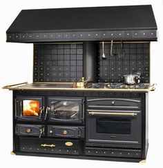 Wood Burning Cook Stove, Wood Stove Cooking, Kitchen Stove, Kitchen Appliances, Stove Fireplace, Fireplace Design, Diy Outdoor Kitchen, Kitchen Decor, Küchen Design