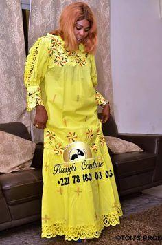 "15 PHOTOS. Mode Tabaski 2019 : Les belles robes de ""diongoma"" troublent les rangs   Limametti   Toute l'actualite Senegal du web en direct.com African Wear Dresses, African Attire, African Lace Styles, I Dress, African Fashion, Cover Up, My Style, Womens Fashion, How To Wear"