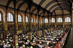 Située dans le 5e arrondissement de Paris, à côté du Panthéon, la bibliothèque Sainte-Geneviève aurait été fondée au 12e siècle. Au 13e siècle, un catalogue prouve que le bâtiment détenait 226 volumes. Aujourd'hui, elle est rattachée à l'université Paris 3, Sorbonne Nouvelle.