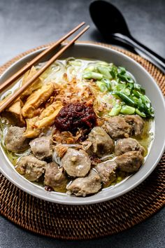 Bakso is an Indonesian meatball soup dish usually served with noodles,salted vegetables, tofu, Chinese cabbage, bean sprouts and fried shallots. Chinese Street Food, Asian Street Food, Asian Recipes, Beef Recipes, Cooking Recipes, Ethnic Recipes, Fried Shallots, Fried Garlic, Soup Dish