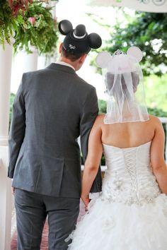 ビビアン・スーもお気に入り♡ミッキーの耳つき帽子を被ったウェディングフォトが可愛すぎる!にて紹介している画像