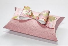 Pillow Box and Paper Bow from Bird's Cards. Free cut files for both. Paper Purse, Paper Bows, 3d Paper, Creation Deco, Bird Cards, Pillow Box, Diy Pillows, Keepsake Boxes, Creations