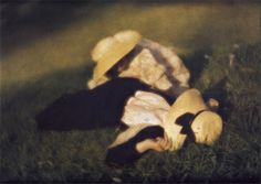 Miss Mary et Edeltrude allongées dans l'herbe - Miss Mary and Edeltrude lying in the grass by  Heinrich Kühn - 1910 [Autochrome Lumière color film]