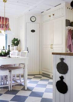 Kök målat med linoljefärg, 0,2 % gulockra. Inbyggd kyl och frys.