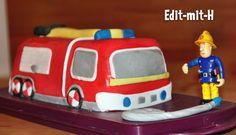 Der Feuerwehrgeburtstag des Kleinen liegt zwar schon ein Weilchen zurück, aber angesichts der Kindergeburtstage-Kategorie auf diesem Blog möchte ich dennoch nach und nach alle möglichen Ideen zusammentragen.  Zum Feuerwehrgeburtstag gab es natürlich eine Feuerwehrauto-Torte. Und nicht irgendeines sondern Jupiter - der Einsatzwagen von Feuerwehrmann Sam, da dieser sehr hoch im Kurs steht.   ...