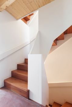 Compacte houten trap aangepast aan de muren - maatwerk