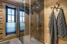 Hafjell - Eksklusiv og eventyrlig tømmerhytte fra 2016 med spektakulær utsikt - Ski inn & ut alpint og langrenn - Meget høy og påkostet standard med moderne og tekniske løsninger - 10 soverom - Dobbel garasje i u etg - Egen leilighet i U.etg. | FINN.no Wooden Cabins, Minecraft Houses, Curtains, Interior, Room, Furniture, Ski, Decorating, Home Decor