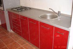 Mobilier de bucatarie modern executat din termopal rosu dotat cu electrocasnice incorporabile