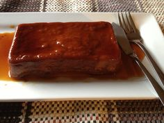 A los cubanos nos encanta todo lo que tenga guayaba, los pastelitos, la mermelada, los cascos, el batido, en barra… Y si a cualquiera de estas cosas le pones queso, se rinde cualquiera. En esta ocasión usé dos moldes pequeños de loaf, pero puedes usar cualquiera que tengas a mano y resista el horno. No …Read more →