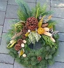 Immagine correlata Homemade Christmas Wreaths, Xmas Wreaths, Autumn Wreaths, Cemetery Decorations, Pine Cone Decorations, Grave Flowers, Funeral Flowers, Christmas Centerpieces, Christmas Decorations