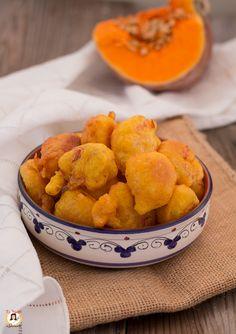 Le FRITTELLE DI ZUCCA SALATE VELOCI sono delle Pepite dorate, a base di zucca gialla. Delle piccole Nuvolette salate, soffici e senza lievitazione. Un contorno, un antipasto o un secondo piatto facile e veloce. L'impasto è arricchito con dello speck e del Parmigiano grattugiato. Il loro sapore è veramente delizioso e sfizioso. Una tira l'altra. Sul mio blog potete trovare anche la versione dolce delle FRITTELLE DI ZUCCA. Vegetable Recipes, Vegetarian Recipes, Snack Recipes, Snacks, Easy Recipes, No Salt Recipes, Light Recipes, Antipasto, Polenta