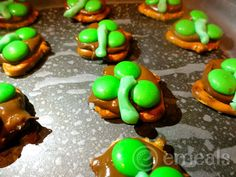 Here are some fun, easy St. Patrick's day treats that the whole family can have fun making together- Three Leaf Clovers Chocolate Pretzels Recipe. Holiday Treats, Holiday Fun, Holiday Recipes, Festive, Holiday Foods, Holiday Desserts, Holiday Cookies, Three Leaf Clover, Pretzel Treats