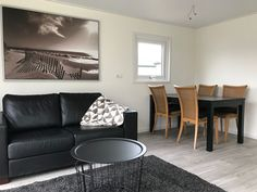 Interieur van een chalet van chaletbouw goeree Decor, Furniture, Throw Pillows, Table, Home Decor, Bed, Pillows, Coffee Table