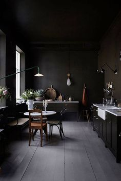 Dark walls: 25 reasons to dare this trend in your interior - # Chec . Dark walls: 25 reasons to dare this trend in your interior - # Chec . Black Kitchens, Cool Kitchens, Kitchen Black, Galley Kitchens, Dream Kitchens, Mint Kitchen, Interior Design Kitchen, Kitchen Decor, Interior Ideas