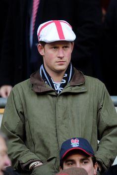 Pin for Later: Prinz Harry hat sich ganz schön gemausert  Prinz Harry trug ein typisch britisches Outfit bei einem Rugby-Spiel im Februar 2011.