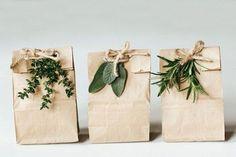 なにげない紙袋もアイデア次第で、ナチュラルで素敵なラッピングに早変わりです。