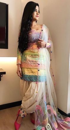 kurti salwar designs image s Latest Salwar Kameez Designs, Patiala Suit Designs, Kurti Designs Party Wear, Designer Punjabi Suits, Indian Designer Wear, Stylish Dresses, Fashion Dresses, Simple Dresses, Hijab Fashion