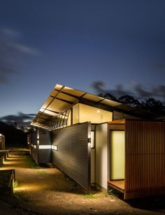 Robinson Architects recently completed the Wallaby Lane house and studio on the Sunshine Coast of Queensland, Australia.