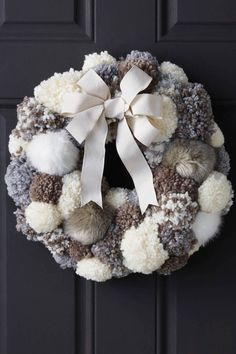 DIY Pom Pom Wreath Tutorial from Joann's Uses pompom maker; glue/t-pin pompoms to foam wreath Wreath Crafts, Diy Wreath, Holiday Crafts, Wreath Ideas, Wreath Burlap, Diy Advent Wreath, Yarn Wreaths, Tulle Wreath, Floral Wreaths
