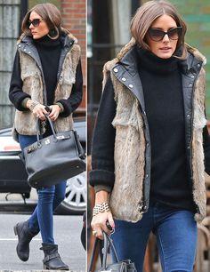 Por el día Olivia Palermo recurre a básicos como jeans con jersey de cuello vuelto negro y botines bajos. Fichamos... su chaleco de pelo reversible.