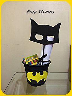 Centro de mesa do Batman, mascara de eva, o morcego em eva, cachepô preto, desenhos do batman para colorir e giz de cera. R$ 12,00