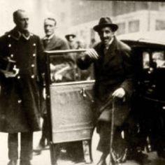 """La segunda abdicación de Alfonso XIII- La República """"es una tormenta que pasará rápidamente"""". Así de optimista, tras unos días de depresión, se mostraba Alfonso XIII cuando en abril de 1931 llegó a París, primera etapa de un exilio que le haría deambular por Europa, pero ya nunca le permitiría regresar a España."""