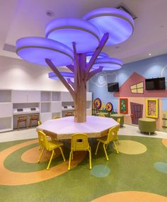 The pediatric floor play area includes interactive games on the walls and, in the center, a geometric table and lamp tree that changes color. Photo: Fernando Calzada