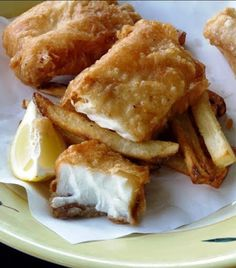 Halibut Fish and Chips -- The crispy beer batter, the flaky fish is all topped off with delicious fries on the side. This recipe originated in England in the century and was traditionally served with mushy peas or tartar sauce. Halibut Recipes, Fish Recipes, Seafood Recipes, Cooking Recipes, Potato Recipes, Beer Battered Halibut, Battered Fish, Gastronomia, Gourmet