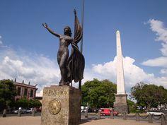 Monumento a la Madre Patria sobre Plaza de la República en la Avenida México.