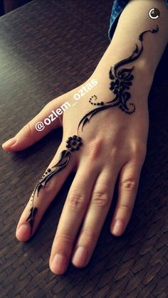 Beautiful I love these henna ideas that could easily become Tatts 1 Tattoo, Mehndi Tattoo, Henna Tattoo Designs, Henna Mehndi, Mehendi, Hand Tattoos, Finger Henna Designs, Henna Designs Easy, Beautiful Henna Designs