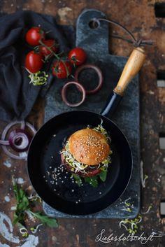 Gestern gab es Burger bei uns - und zwar welche mit Fleisch - und 2 Varianten für Veganer! Das Rezept für die Burger mit Fleisch findet...
