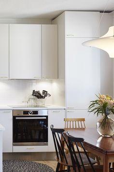 Retro-vetimet sopivat kuin nenä päähän Asuntokaupat sokkona -ohjelman kahdeksannen jakson keittiöön! Kultaiset yksityiskohdat viimeistelevät tilan. #asuntokaupatsokkona #nelonen #jakso8 #vetimet #vedin #sisustus #sisustussuunnittelu #keittiö #keittiösuunnittelu #inspiraatio #ideoita #kitchen #interior #design #Retro #kulta #messingöity #lankavedin #helatukku Kulta, Retro, Kitchen Cabinets, Design, Home Decor, Decoration Home, Room Decor, Cabinets