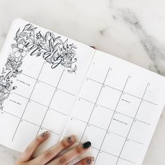 Get several layout ideas for your bullet journal monthly spread. Choose from simple, minimalist and easy designs. This is perfect for students and beginn.