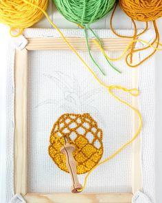 """Voici un petit guide pour bien démarrer la punch needle : le bon matériel (aiguille, toile, cadre et laine), quelques conseils pour votre première broderie et en bonus un modèle gratuit avec patron pour réaliser votre première création """"Jolie plante""""."""
